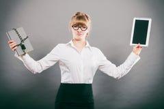 Kobieta z dokumentem i pastylką Cyfrowy magazyn Zdjęcia Royalty Free