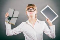Kobieta z dokumentem i pastylką Cyfrowy magazyn Fotografia Royalty Free