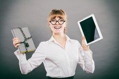 Kobieta z dokumentem i pastylką Cyfrowy magazyn Zdjęcie Royalty Free