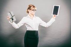 Kobieta z dokumentem i pastylką Cyfrowy magazyn Obraz Stock
