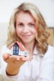 Kobieta z domem na ręce Zdjęcie Royalty Free