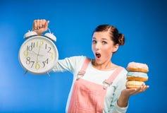 Kobieta z donuts Zdjęcia Royalty Free