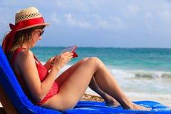 Kobieta z dotyka ochraniaczem na tropikalnej plaży fotografia stock