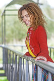 Kobieta z dreadlocks zbliża drewnianego poręcz Zdjęcia Stock