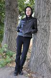 Kobieta z drzewa czerni kapiszonem Obraz Stock