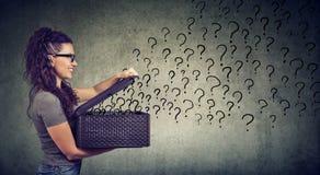 Kobieta z dużo kwestionuje patrzeć dla odpowiedzi obraz royalty free