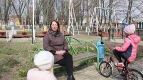 Kobieta z dwa dziećmi w parku zbiory wideo