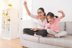 Kobieta z dziećmi ogląda TV sportów kanał Zdjęcia Stock