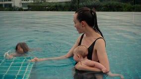 Kobieta z dziećmi w basenie zbiory wideo