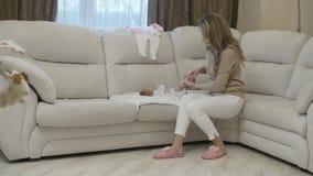 Kobieta z dziecięcym dzieckiem na kanapie zbiory wideo