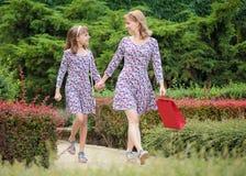 Kobieta z dzieckiem przy parkiem zdjęcie royalty free