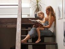Kobieta z dzieckiem w domu Fotografia Royalty Free