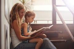 Kobieta z dzieckiem w domu Zdjęcia Royalty Free