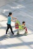 Kobieta z dziecko samochodem w zakupy centrum handlowym, Pekin, Chiny Obraz Stock