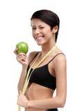 Kobieta z elastycznym władcy i zieleni jabłkiem Obraz Stock