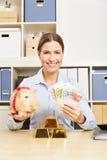 Kobieta z Euro pieniądze, złotem i prosiątko bankiem obraz royalty free