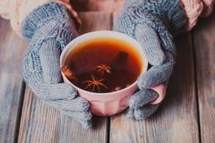 Kobieta z filiżanką herbata obrazy royalty free