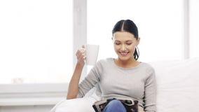 Kobieta z filiżanka kawy czytelniczym magazynem w domu zdjęcie wideo