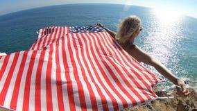 Kobieta z flagą amerykańską w Kalifornia