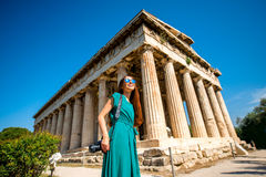 Kobieta z fotografii kamerą blisko Hephaistos świątyni w agorze Obraz Stock