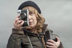 Kobieta z fotografii kamerą Fotografia Royalty Free