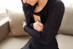 Kobieta z fotografii ramą przy żałobnym dniem fotografia royalty free
