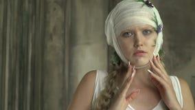 Kobieta z głowy bandażującymi zwrotami kamera ostro zdjęcie wideo