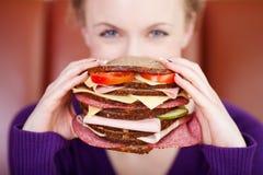 Kobieta z gigantyczną kanapką Zdjęcia Royalty Free