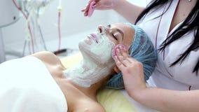 Kobieta z glinianą facial maską w piękna zdroju zdjęcie wideo