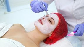 Kobieta z glinianą facial maską w piękna zdroju zbiory wideo