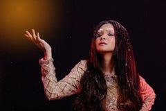 Kobieta z Gllitter płatkiem śniegu w ciemnym tle obrazy royalty free