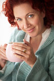 Kobieta z gorącym napojem zdjęcie royalty free