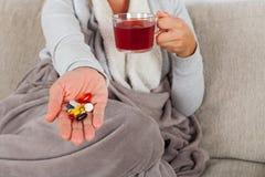 Kobieta z grypą na kanapie zdjęcie stock