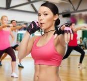 Kobieta z gwizd w gym zdjęcia royalty free