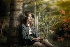Kobieta z hełmofonu złamanym sercem i płacz używa smartphone słucha smutną muzykę Fotografia Royalty Free