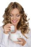 Kobieta z herbacianej torby spojrzeniami w filiżankę Zdjęcia Stock