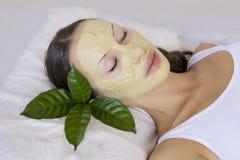 Kobieta z indianina Multani Matti glinianą twarzową maską, piękno zdrój Obrazy Stock