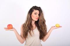 Kobieta z jabłkiem i cytryną zdjęcia royalty free