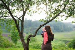 Kobieta z jej dzieckiem przy parkiem Zdjęcia Royalty Free