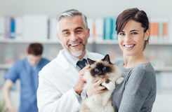 Kobieta z jej kotem przy weterynaryjną kliniką Zdjęcie Stock