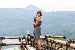 Kobieta z jej pięknym beagle psem w naturze tropikalna Bali wyspa, Indonezja Podróżować z psim pojęciem Fotografia Stock