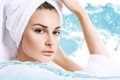 Kobieta z kąpielowym ręcznikiem na głowie w wodnych pluśnięciach zdjęcia stock