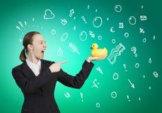 Kobieta z kaczki zabawką Zdjęcia Stock