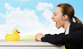 Kobieta z kaczki zabawką Fotografia Stock