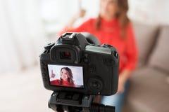 Kobieta z kamery magnetofonowym wideo w domu Zdjęcia Royalty Free