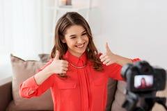 Kobieta z kamery magnetofonowym wideo w domu Fotografia Royalty Free