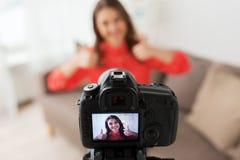 Kobieta z kamery magnetofonowym wideo w domu Obrazy Royalty Free