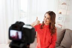 Kobieta z kamery magnetofonowym wideo w domu Zdjęcia Stock