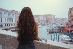Kobieta z karnawał maską w Wenecja zdjęcie stock