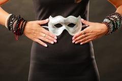 Kobieta z karnawałową venetian maską na zmroku obraz royalty free